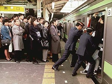 empujadores-metro-tokio.jpg